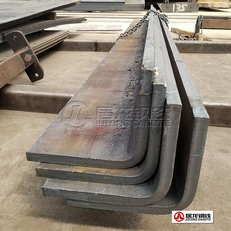 近日由居龙钢铁承制加工的特高压输电铁塔用特大规格角钢顺利交付相关建设单位