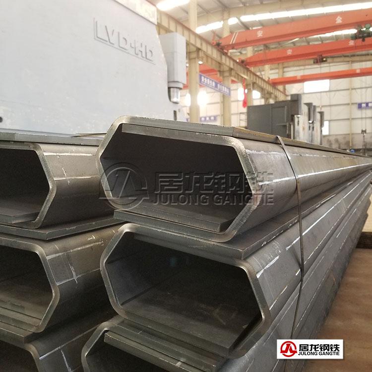 70吨矿车车箱上边框防砸梁折弯加工,700高强板,厚度12mm。